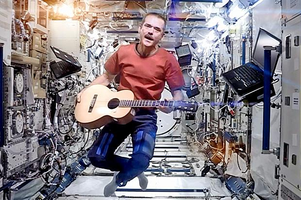 Chris Hadfield sings Bowie's Space Oddity